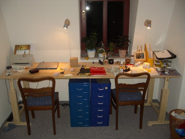 der schreibtisch steht endlich nachdem wir bei obi passende b cke gefunden haben. Black Bedroom Furniture Sets. Home Design Ideas